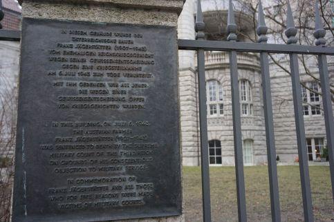 Rückseite des ehemaligen Reichsmilitärgerichts mit Gedenktafel, Witzlebenplatz